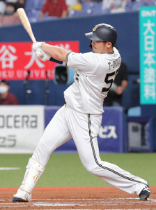 1回2死、T−岡田は先制となる右越えソロ本塁打を放つ
