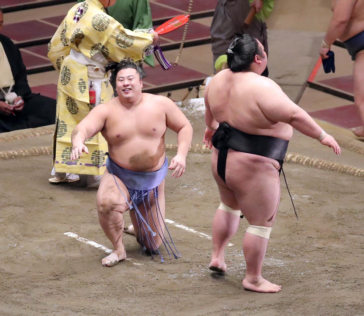 翔猿(左)は、はたき込みで貴景勝に敗れる(カメラ・佐々木 清勝)