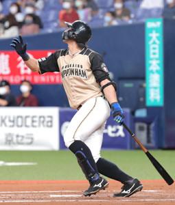 延長10回2死一塁、大田泰示は勝ち越しとなる右翼線への適時三塁打を放つ