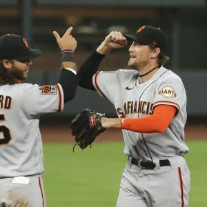 クロフォード(左)と勝利を喜び合うジャイアンツのペンス(ロイター)