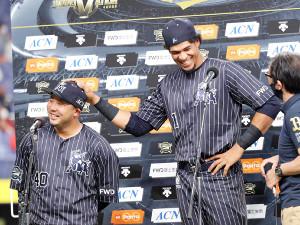 ヒーローインタビューで満面の笑みを浮かべる大下誠一郎(左)とモヤ