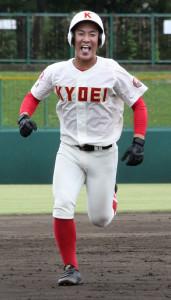 2回1死二塁、左越え2ランを放ち笑顔でベースを回った春日部共栄・増田