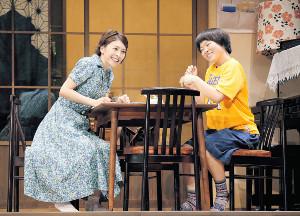 息の合った演技を披露した竹内結子さん(左)とイモトアヤコ(2014年)