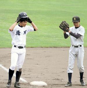 4安打6盗塁と活躍した滝川・渡辺吏玖(左)