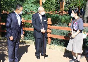 オリエンタルランドの上西京一郎社長(左)と加賀見俊夫会長(中央)がTDL新エリアでゲストをおもてなし