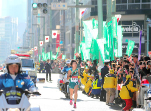 今年の箱根駅伝復路、観客が詰めかけた10区・日本橋付近を走る青学大・湯原