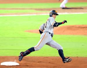 4回2死一塁、左中間へ適時三塁打を放ち二塁を蹴って三塁に向かう若林晃弘(カメラ・竜田 卓)