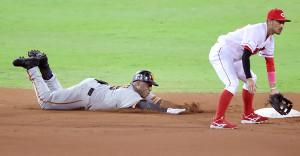 6回2死二塁、代打・ウィーラーが左翼線適時二塁打を放ちヘッドスライディング