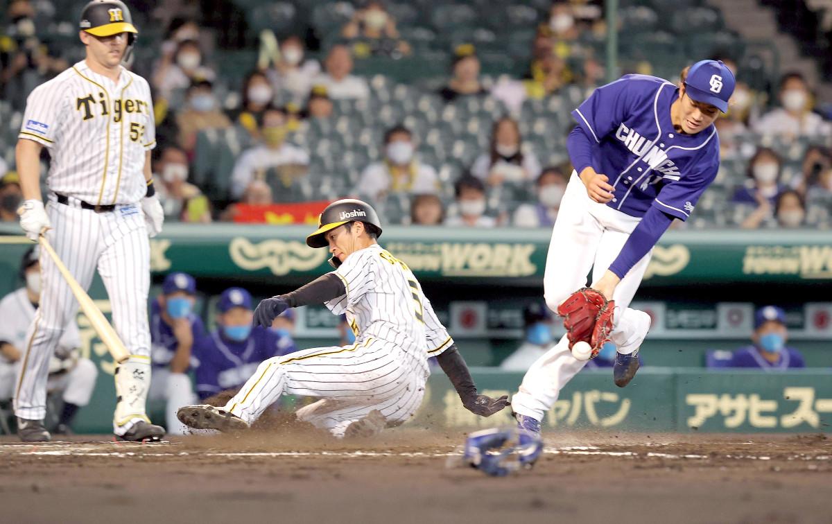 初回、中日・勝野(右)は暴投で三塁走者・近本の生還を許す