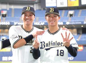 伏見(左)と並んでポーズをとる14奪三振で7勝目を挙げた山本