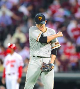 5回2死二、三塁、鈴木誠を右飛に打ち取り、ガッツポーズする菅野(カメラ・橋口 真)