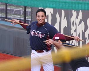 練習で笑顔を見せる松井裕樹