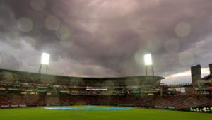 試合前、悪天候のマツダスタジアム