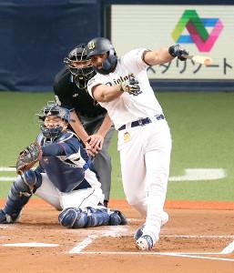 2回、先制二塁打を放つオリックス・ロドリゲス(捕手・柘植)