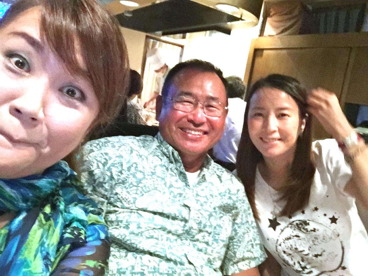 村越正海さん(中央)、児島玲子さん(右)と楽しい時間を過ごした邦ちゃん