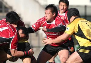 11年1月、トップリーグのサントリー戦でプレーする東芝・湯原さん(中)