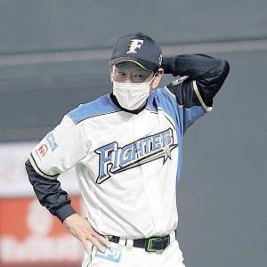 9回、ベンチを出て選手交代を告げる日本ハム・栗山監督