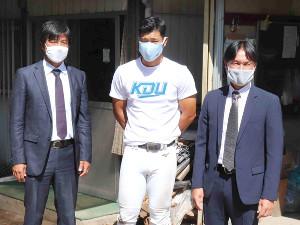近大の佐藤輝明(中央)と面談した巨人の渡辺スカウト(左)と榑松スカウト部次長