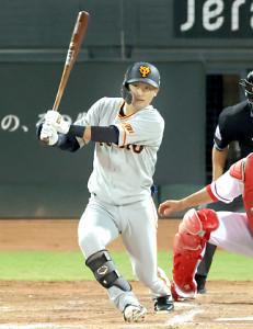 4回2死二、三塁、右前適時打を放つ吉川尚輝(投手・スコット、捕手・坂倉将吾)(カメラ・竜田 卓)