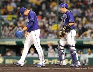 6回2死二、三塁、自らの暴投で先制点を許し、ガックリ肩を落とすロドリゲス(左)