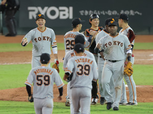広島に勝利しエアタッチを交わす(左から)坂本勇人、吉川尚輝、小林誠司、ビエイラら巨人ナイン(カメラ・竜田 卓)