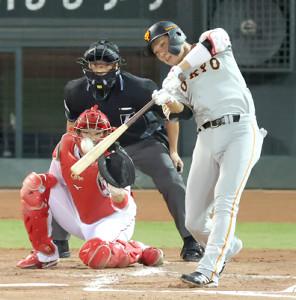 3回1死一塁、右中間へ適時二塁打を放つ坂本勇人(投手・スコット、捕手・坂倉将吾)(カメラ・竜田 卓)