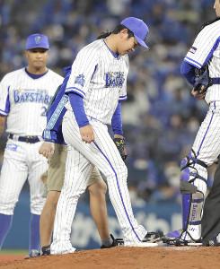 9回無死、西浦の投強襲内野安打で負傷交代した山崎康晃