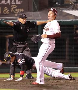 7回1死三塁、甲斐の投前スクイズで三塁走者の栗原が生還(投手・松井)