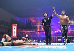 全勝の内藤哲也を下したSANADAは地元・新潟で勝ち名乗りを受けた(新日本プロレス提供)