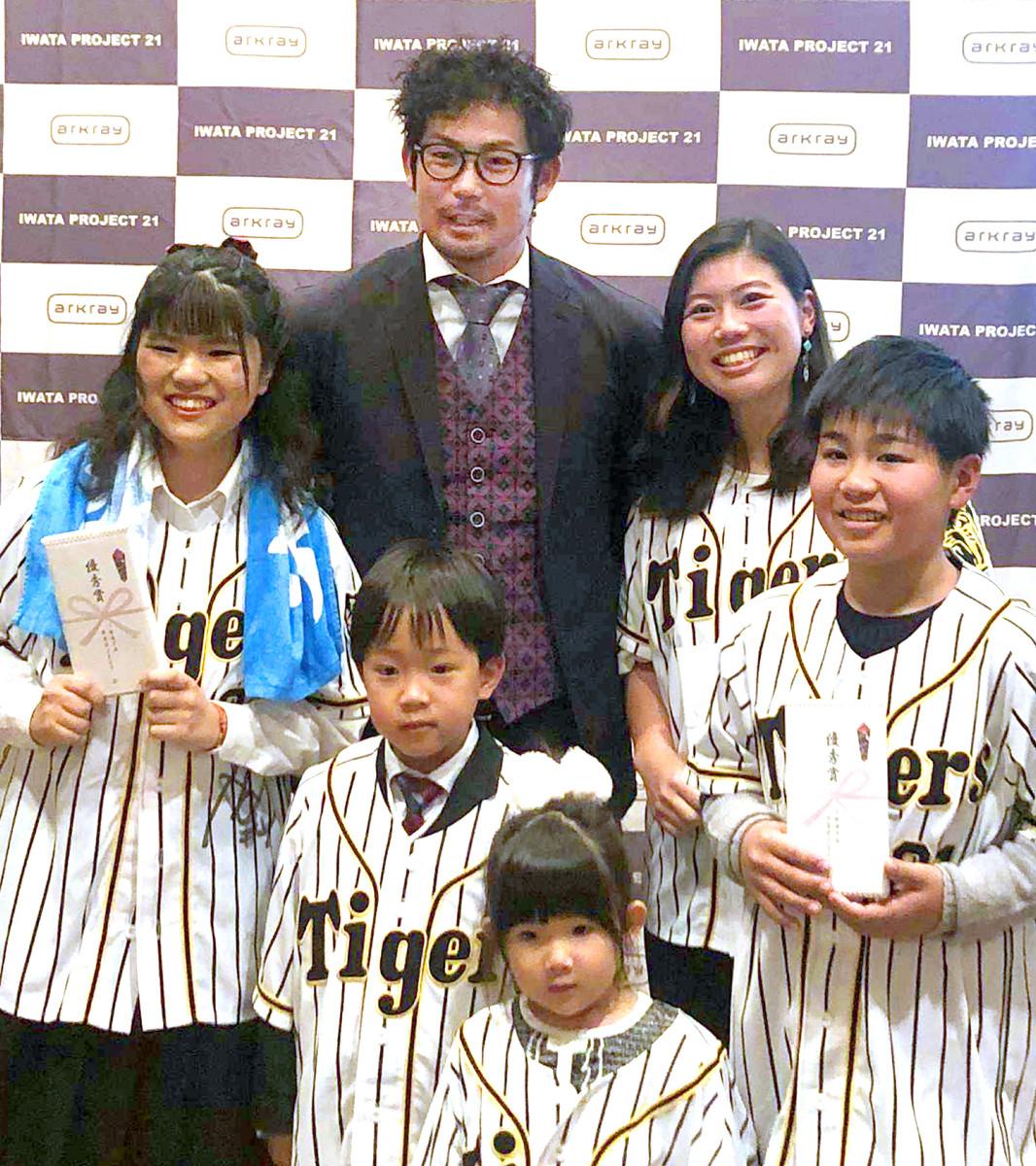 野島理紗子さん(右から2人目)と並んで記念撮影の岩田