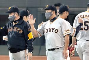 試合後、エアタッチを交わす(左から)原監督、阿部ヘッドコーチ代行