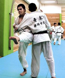大外刈りの打ち込みで汗を流す静岡学園・辻本龍基(左)