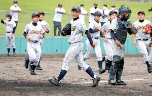 勝利の瞬間、河越(中央)を中心に大津瀬田ナインの歓喜の輪ができた