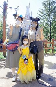ベルの仮装をしたリトル・プリンセスが「美女と野獣」アトラクションに一番乗り(浅草から来た小春ちゃん家族)