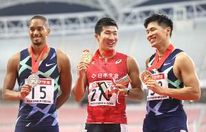表彰式で笑顔の桐生(左は2位・ケンブリッジ、右は3位・小池)
