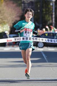 2018年1月の箱根駅伝往路5区、2位でゴールする青学大・竹石尚人