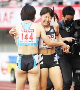 優勝した青木益未(左)をたたえる2位の寺田明日香