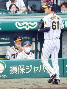 8回、降板する望月(右)を険しい表情で見つめる阪神・矢野監督(左)