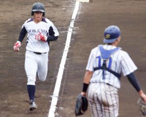 6回無死三塁、坂本の右前打で生還した独協大・並木