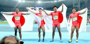 16年リオ五輪の陸上男子400メートルリレーで銀メダルを獲得した(左から)ケンブリッジ、桐生、飯塚、山県
