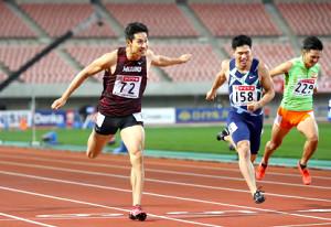 男子200メートル決勝、中盤で小池〈158〉にリードを許すも終盤で逆転優勝した飯塚(左)(右は安田=カメラ・相川 和寛)