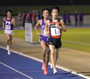 多摩川5大学対校1万メートルで激しい日本人トップ争いを繰り広げた(先頭から)国学院大・中西大と駒大・小林