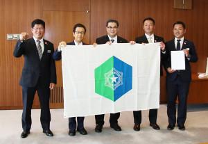 都市対抗本大会出場を決め、札幌市の秋元市長(左から2人目)を表敬訪問したJR北海道クラブの南監督(左端)らチーム関係者