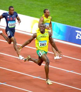 08年北京五輪の男子100メートル決勝でトップに立ったウサイン・ボルト(手前)(カメラ・岩崎 龍一)