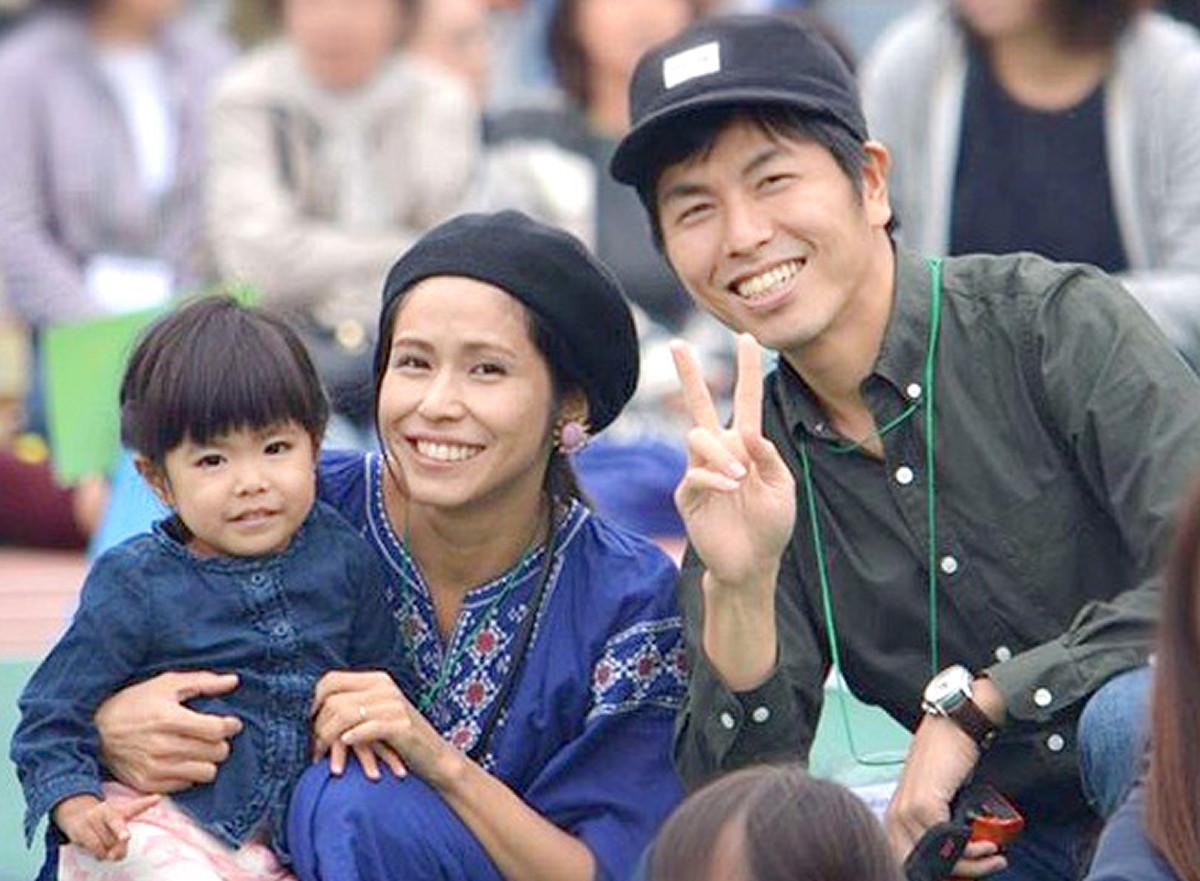 18年10月、運動会での1枚。ピースする拓也さんと、莉子さんを抱いて笑顔を見せる真菜さん(松永さん提供)