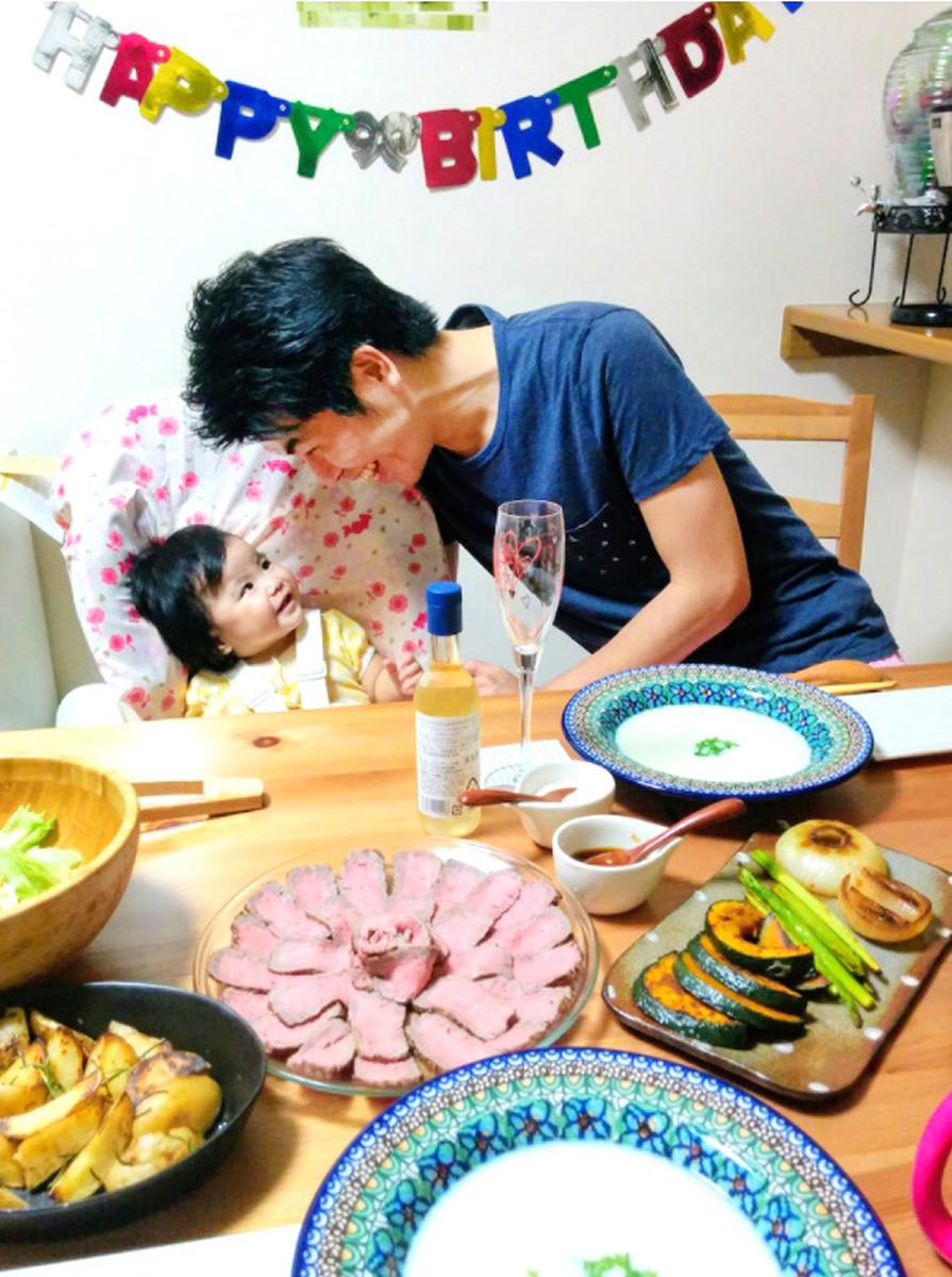 16年8月の拓也さん30歳の誕生日。この年1月に莉子さんは生まれた(松永さん提供)