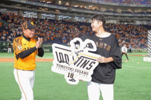 通算100勝を原辰徳監督(左)に祝福される菅野智之