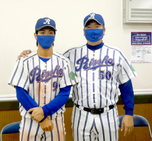 5打点で勝利に貢献した立正大・花嶋と坂田監督