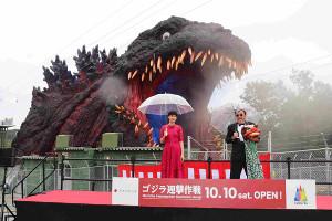 「ゴジラ迎撃作戦」完成披露イベントに出席した山崎紘菜(左)とたむらけんじ