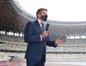 国立競技場を視察し、記者団の質問に答える世界陸連のセバスチャン・コー会長(代表撮影)